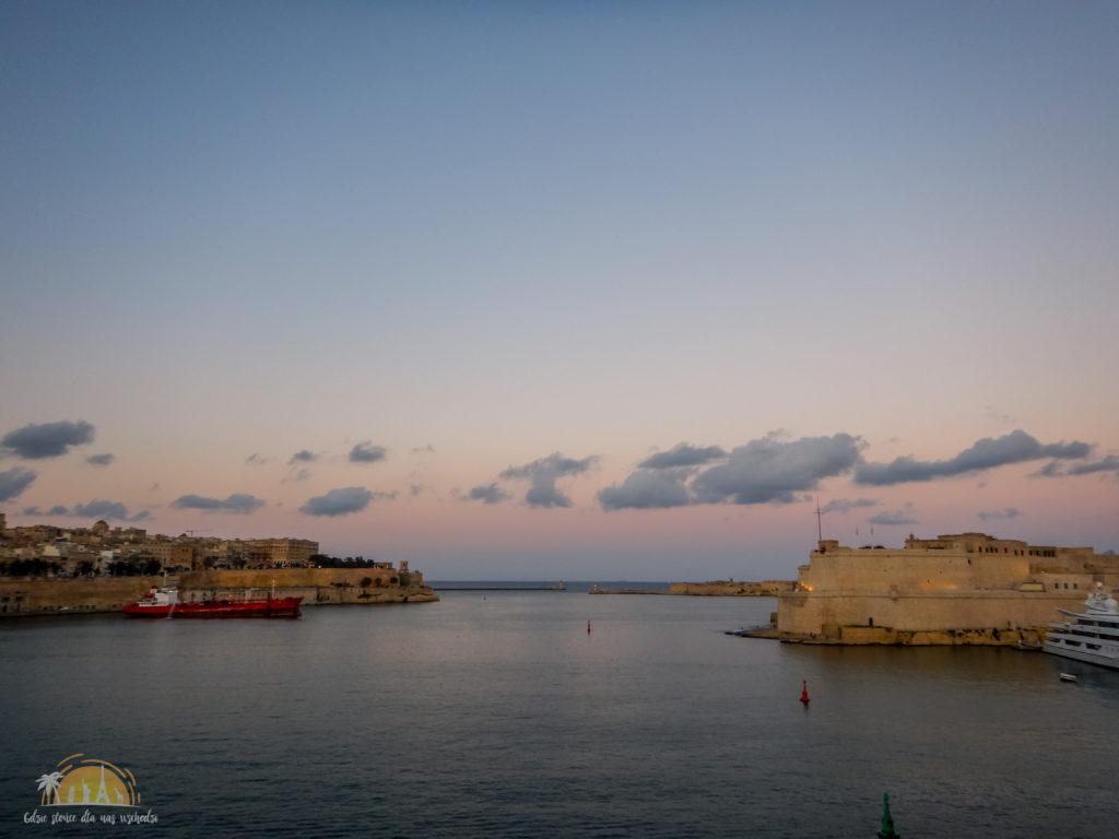 Po lewej Valletta, a po prawej Fort St Angelo