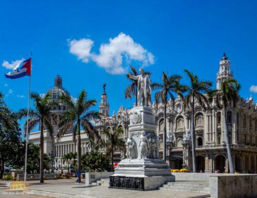 Jose Marti i Grant Teatro de la Habana w tle