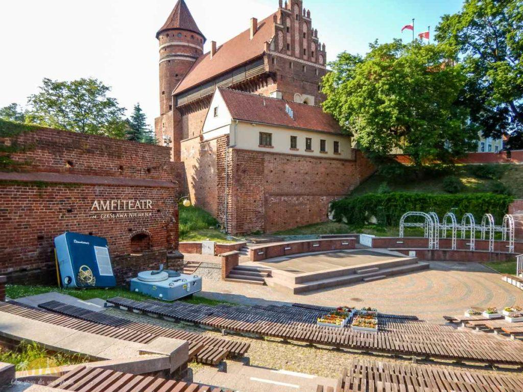 Amfiteatr z Zamkiem w tle