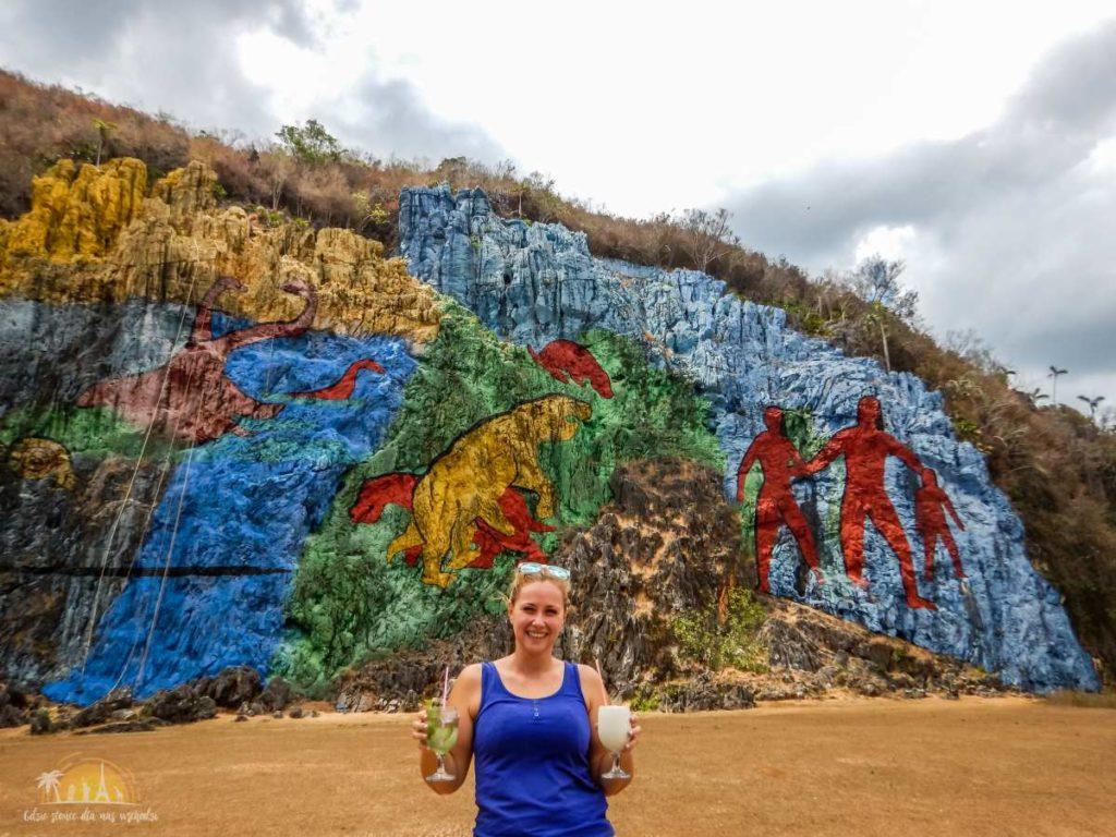 Odrobina relaksu przy Mural de la Prehistoria z lat 60.