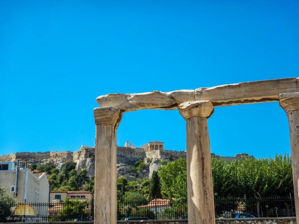 Ruiny bramy z widokiem na Akropol Ateny