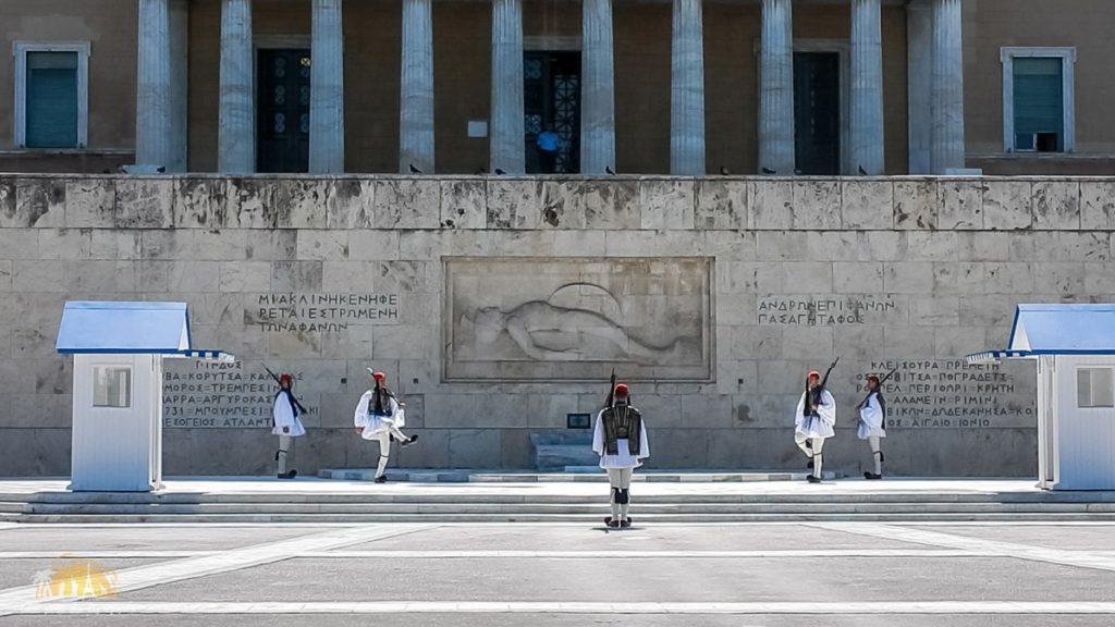 Uroczysta zmiana warty pod Pomnikiem Nieznanego Żołnierza