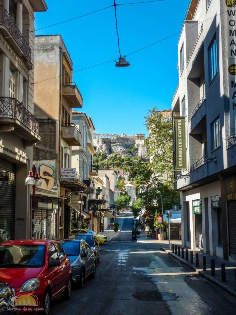 Widok na Akropol z uliczki w Monastiráki