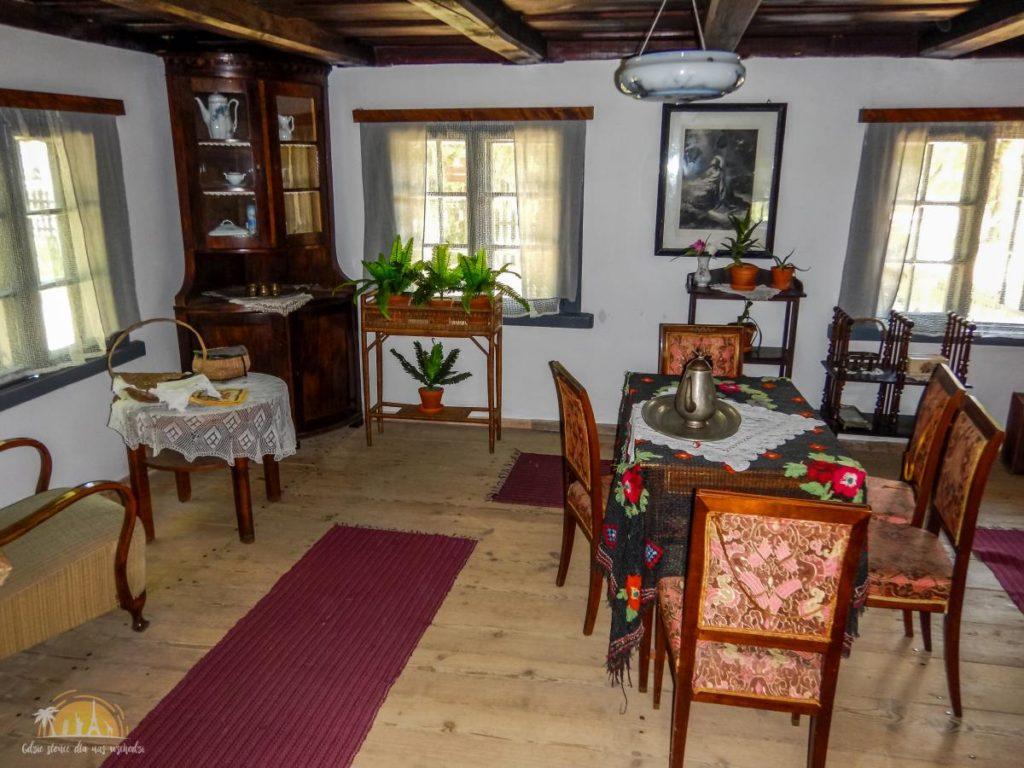 Wnętrze chaty ze wsi Bartążek