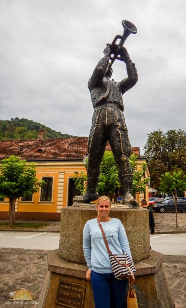 Pomnik Trębacza w centrum miasteczka Guča