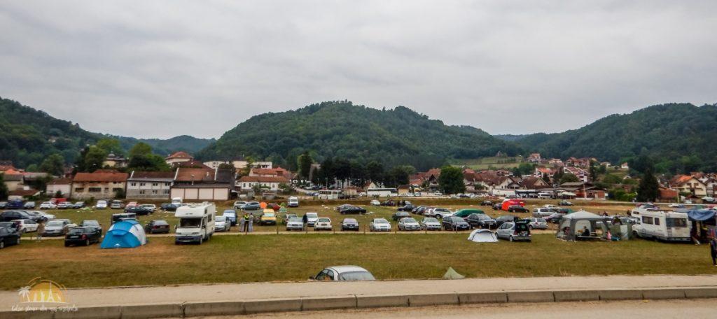 Pola namiotowe ciągną się wzdłuż całej miejscowości